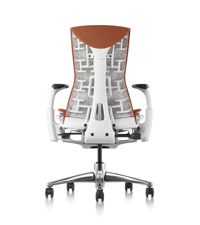 Foto da dietro di una sedia ergonomica con uno speciale schienale