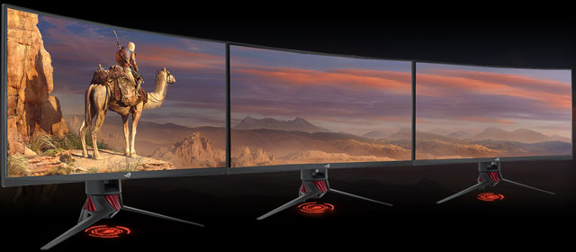 Tre monitor da gaming messi in linea per giocare usando tre schermi contemporaneamente.